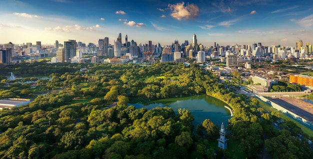 Lumpini park und bangkok stadtgebäudeansicht von der dachspitzenbar auf hotel, bangkok, thailand