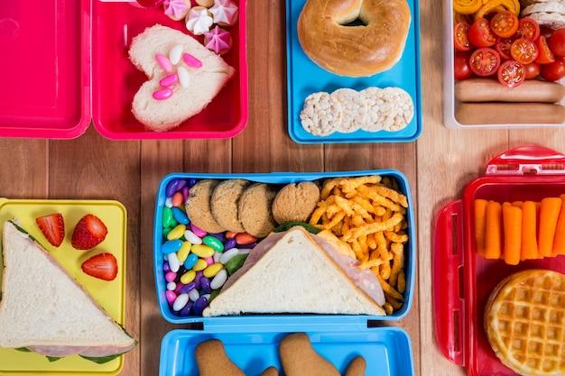 Lunch-box mit verschiedenen snacks und süße speisen