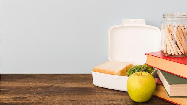 Lunchbox, die auf holztisch legt