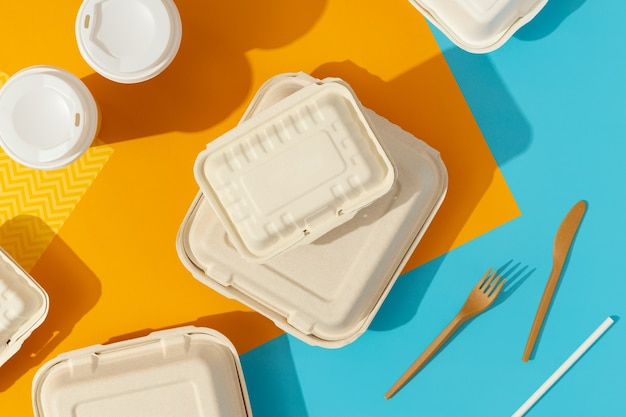 Lunchboxen auf buntem tisch. konzept der lebensmittellieferung.
