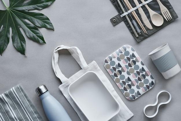 Lunchpaket ohne abfall, lunchbox zum mitnehmen auf baumwolltasche, organizer für bambusbesteck, bambus-lunchbox und wiederverwendbare tasse.