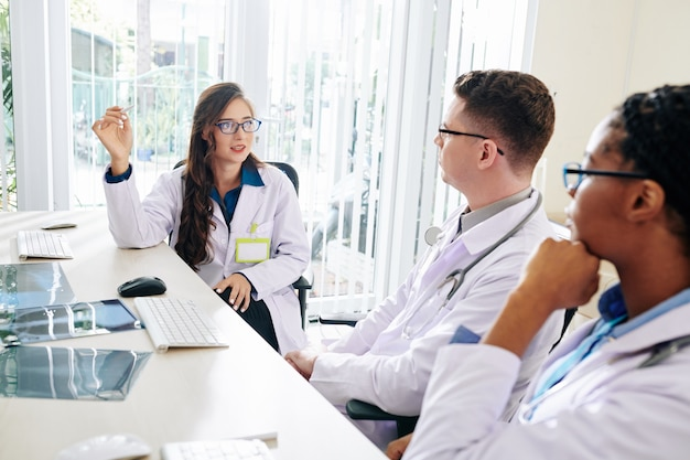 Lungenarzt im gespräch mit kollegen