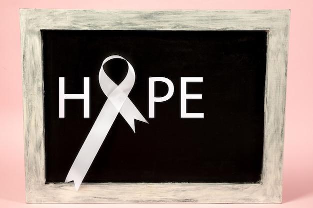 Lungenkrebsband, weißes band, ein symbol für den kampf gegen lungenkrebs