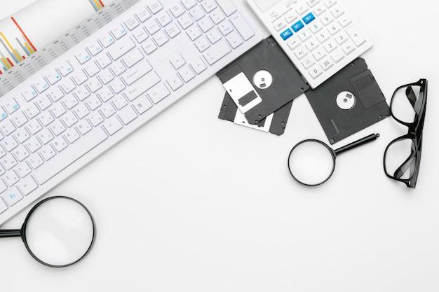 Lupe, die auf diskettenkonzept kontrolliert