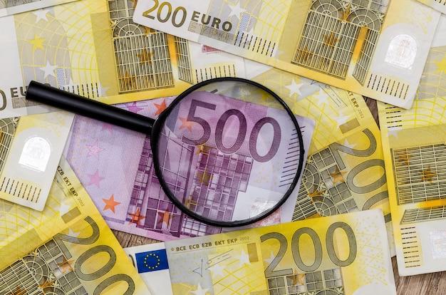 Lupe mit 200 und 500 euro