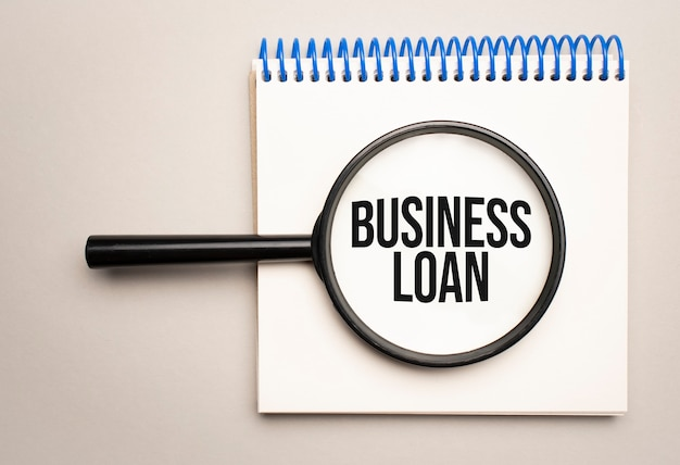 Lupe mit dem wort business loan auf diagrammhintergrund