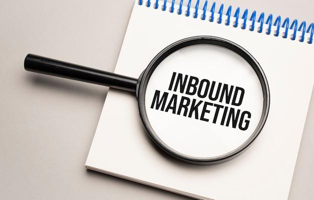 Lupe mit dem wort inbound marketing auf diagrammhintergrund