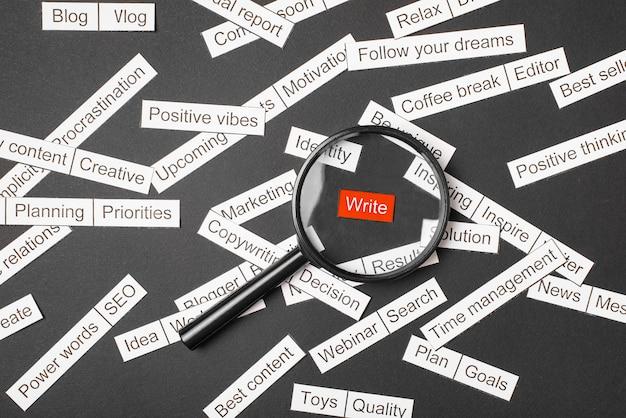 Lupe über der roten inschrift schreibe zwischen mehr wörtern
