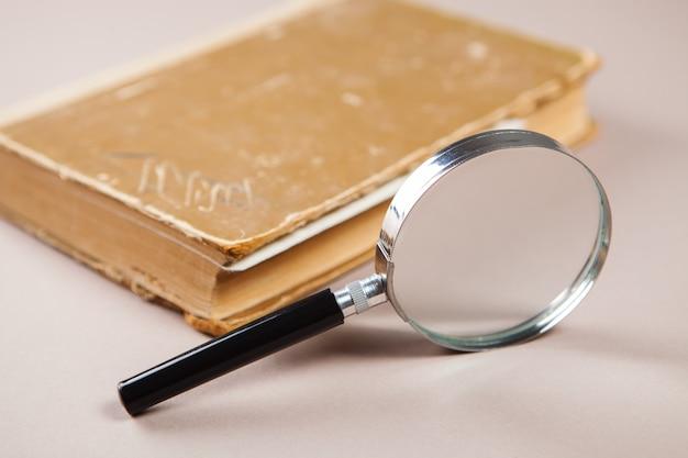 Lupe und bücher auf dem tisch. buch studienkonzept