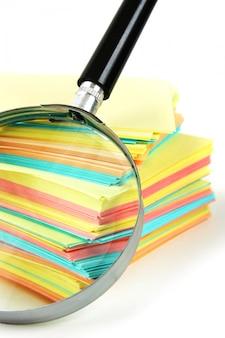 Lupe und ein stapel papier für notizen
