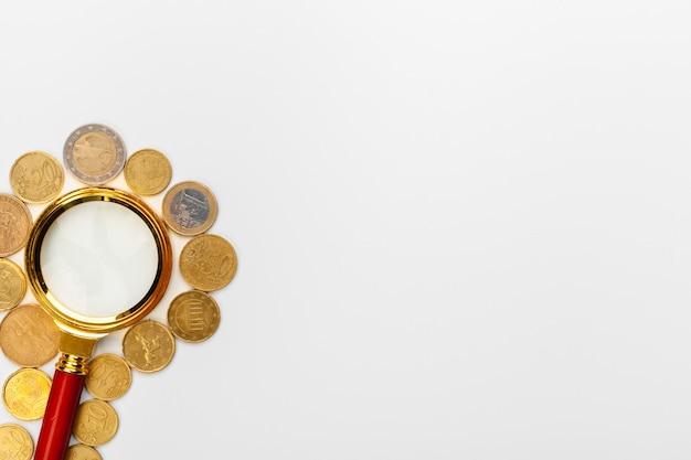 Lupe und münzen