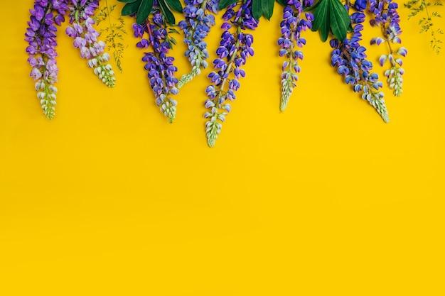 Lupineblumen auf einem gelben hintergrund