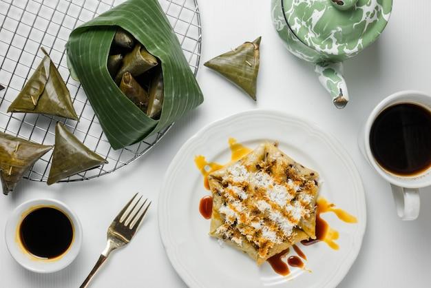 Lupiskuchen serviert mit kokosraspeln und braunem zucker