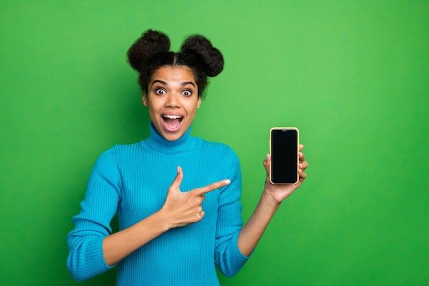 Lustige aufgeregte dame halten telefon, das finger auf touchscreen zeigt