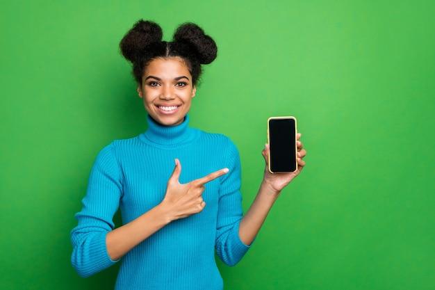 Lustige dame halten telefon neues modell verkauf regie finger touchscreen