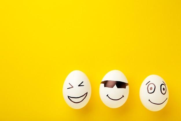 Lustige eier mit verschiedenen gefühlen auf seinem gesicht. osterkomposition mit kopierraum.