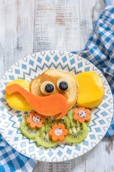 Lustige elefantenpfannkuchen für kinderfrühstück