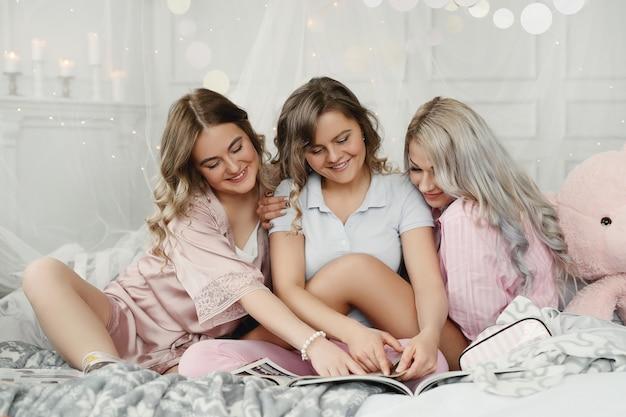 Lustige erwachsene frauen, die eine pyjamaparty haben.