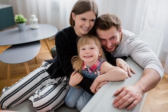 Lustige Familie auf der Couch