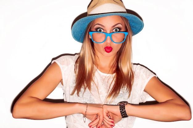 Lustige frau mit hut und blauen gläsern