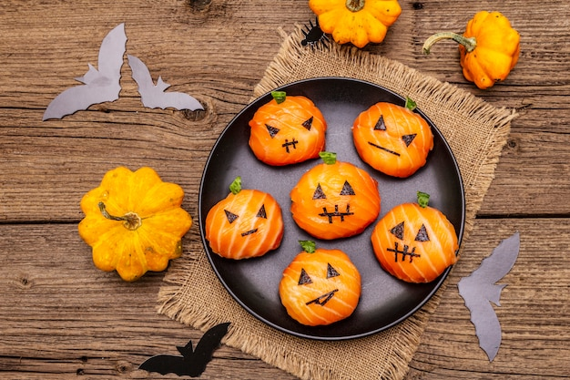 Lustige halloween-sushi-kürbis-kürbislaterne, sushi-monster. temari-sushi, sushi-bälle. gesundes essen für kinder