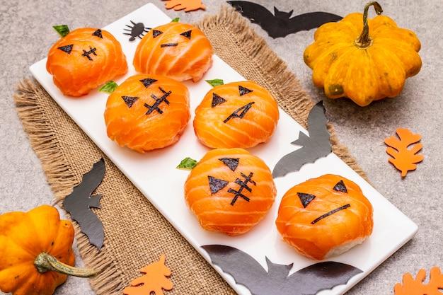 Lustige halloween-sushi-kürbis-kürbislaterne, sushi-monster.