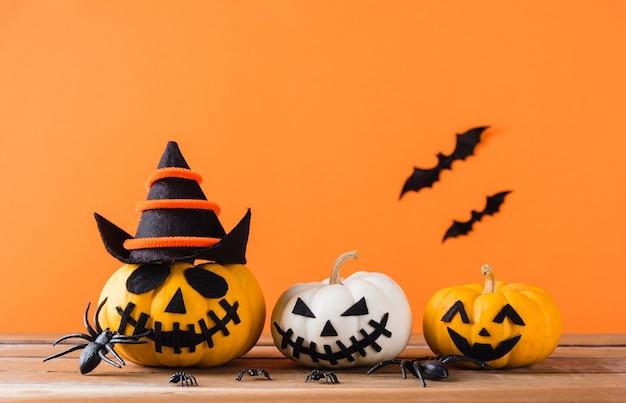 Lustige halloween-tagesdekorationsparty, kürbisgeist beängstigendes jack-o-laternengesicht, schwarze spinne und fledermäuse