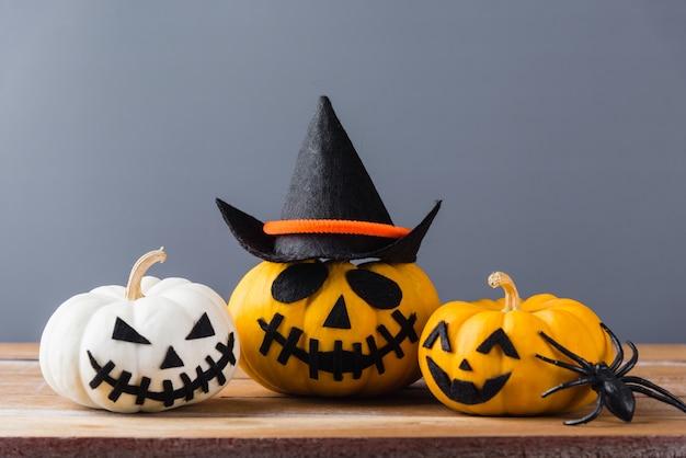 Lustige halloween-tagesdekorationsparty-nahaufnahme halloween-kürbiskopf-jack-o-laternenlächeln beängstigend