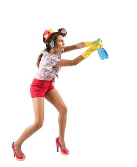 Lustige hausfrau reinigt und desinfiziert, um keime, viren und bakterien fernzuhalten.