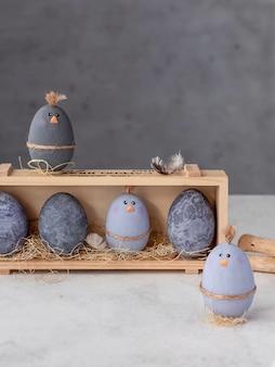 Lustige hühner ostereier. nette feiertagsdekoration. vertikales bild