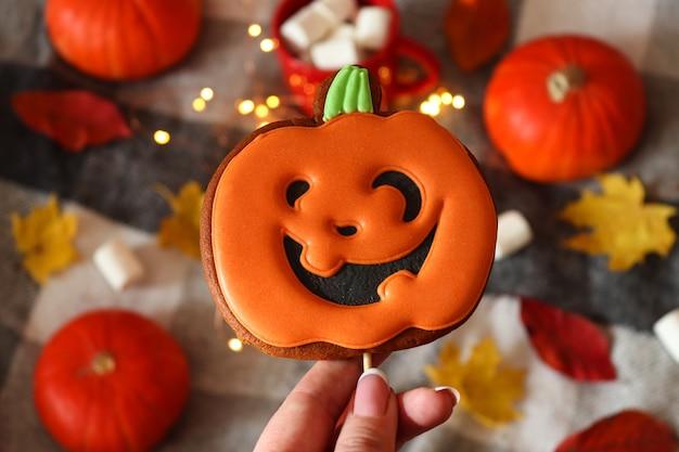 Lustige jack o lanterns kürbisförmige kekse für halloween selektiver fokus ansicht von oben