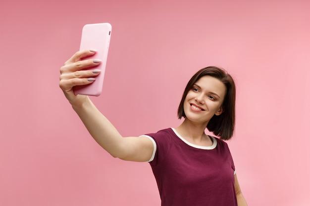 Lustige junge brünette frau, die selfie macht