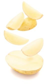 Lustige kartoffel halbiert mit explosion von fragmenten (kartoffelecken).