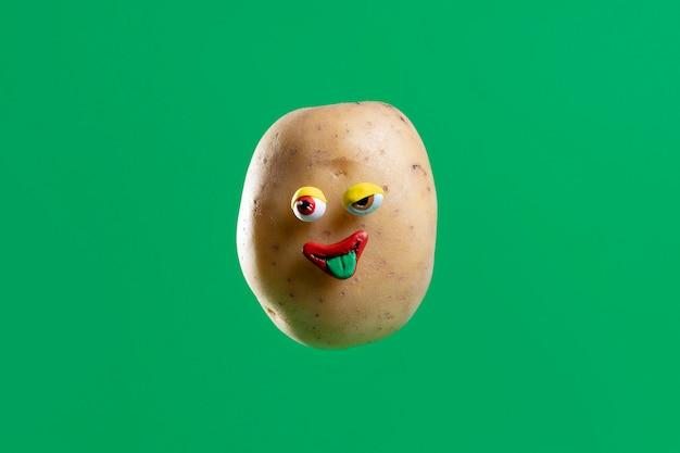 Lustige kartoffel mit gesichtsaufkleber