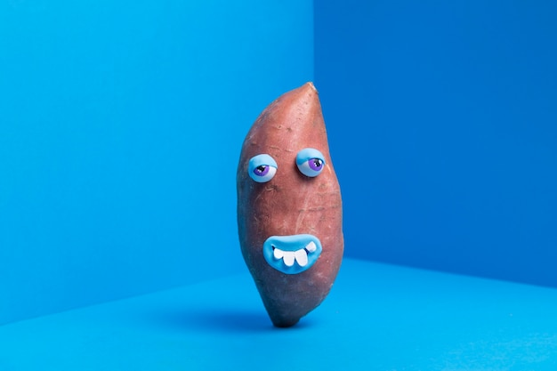 Lustige kartoffel mit niedlichem aufkleber