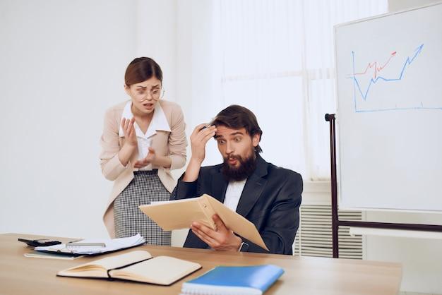 Lustige kollegen bei der arbeit büroarbeitsprofis