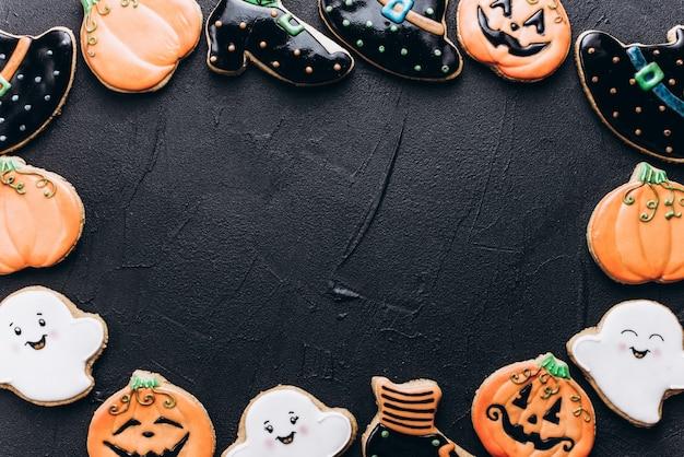 Lustige leckere ingwerkekse für halloween auf dem tisch. horizontale ansicht von oben