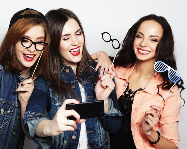 Lustige mädchen, bereit für party, selfie