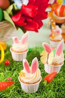 Lustige osterhasen-cupcakes