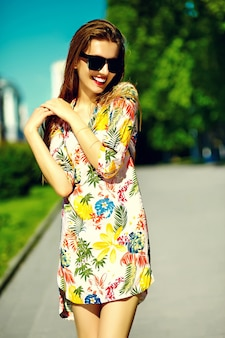 Lustige stilvolle sexy lächelnde schöne junge frau modell im sommer hellen hipster stoff kleid in der straße