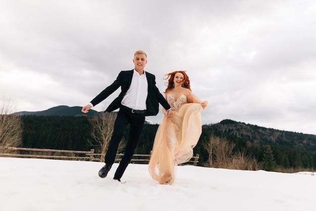 Lustige und glückliche braut und bräutigam laufen spaß