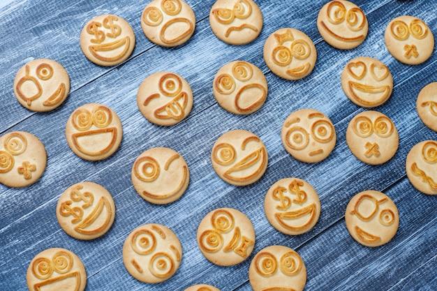 Lustige verschiedene gefühlskekse, lächelnde und traurige kekse
