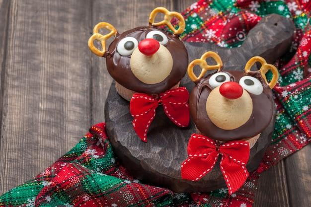Lustige weihnachts-rentier-cupcakes