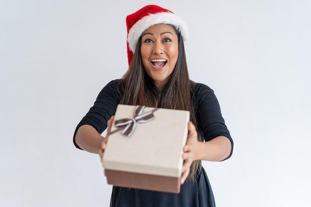Lustige weihnachtsdame, die geschenk gibt