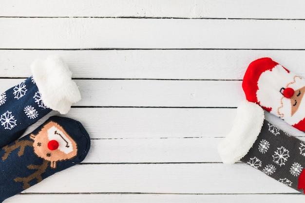 Lustige weihnachtssocken auf hölzernem brett