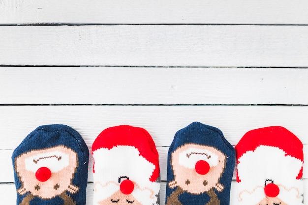 Lustige weihnachtssocken auf hölzernem schreibtisch