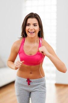 Lustige zeit beim aerobic zu hause