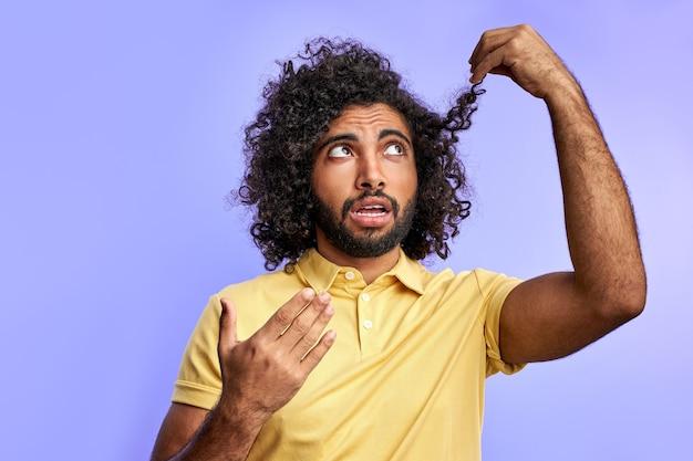 Lustiger arabischer mann denkt über friseur nach