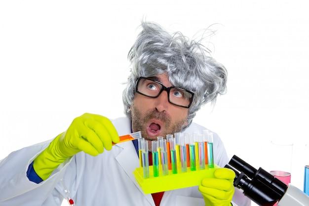 Lustiger ausdruck des verrückten wütenden sonderlingswissenschaftlers am labor