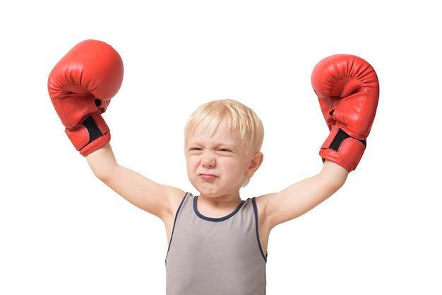 Lustiger blonder junge in den roten boxhandschuhen